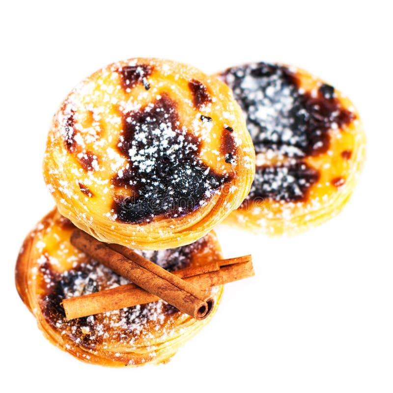 Pasteis de nata, tartas portuguesas típicas del huevo aisladas en blanco imagenes de archivo