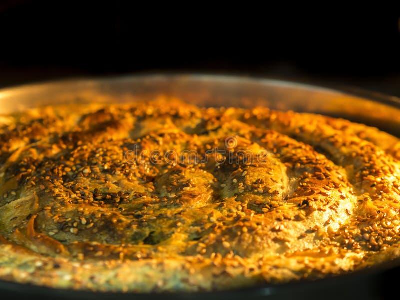 Pasteitje over gebraden in de oven spinaziepastei met paty die sesamzaden met een laag wordt bedekt royalty-vrije stock foto's