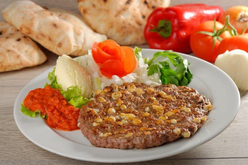 Pasteitje van de Presliced het traditionele hamburger genoemd pljeskavica stock afbeelding
