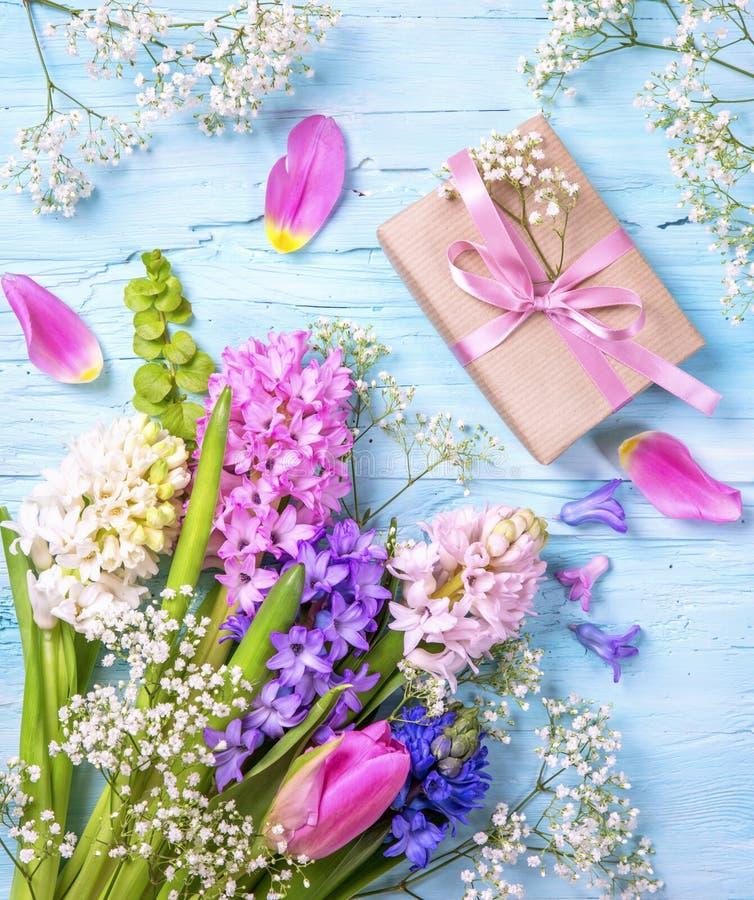 Pastel barwiący kwiat i prezenta pudełko obrazy stock