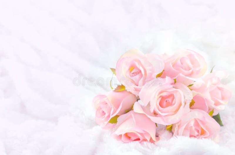 Pastel Coloured Sztuczna menchii róża na białym futerkowym tle obrazy stock