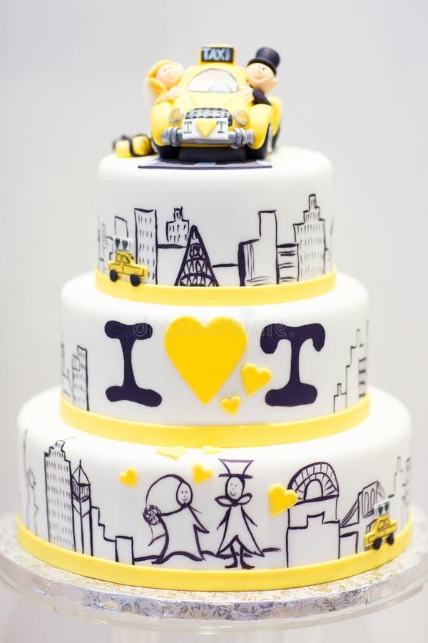 Pastel de bodas adornado con la novia, novio en taxi. imagen de archivo libre de regalías