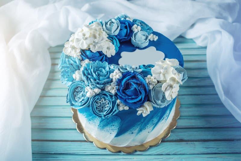 Pastel de bodas azul hermoso adornado con las flores blancas de la crema Concepto de postres del día de fiesta para un cumpleaños imágenes de archivo libres de regalías
