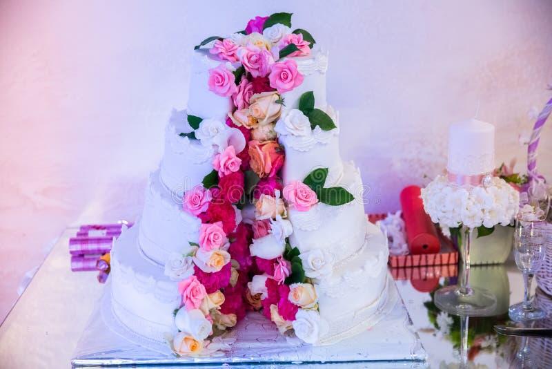 Pastel de bodas blanco imagenes de archivo
