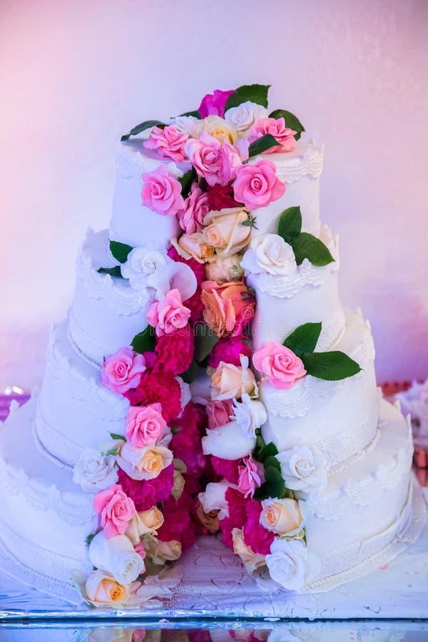Pastel de bodas blanco imagen de archivo