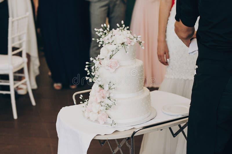 Pastel de bodas blanco asombroso con las flores pastel de bodas grande moderno fotos de archivo