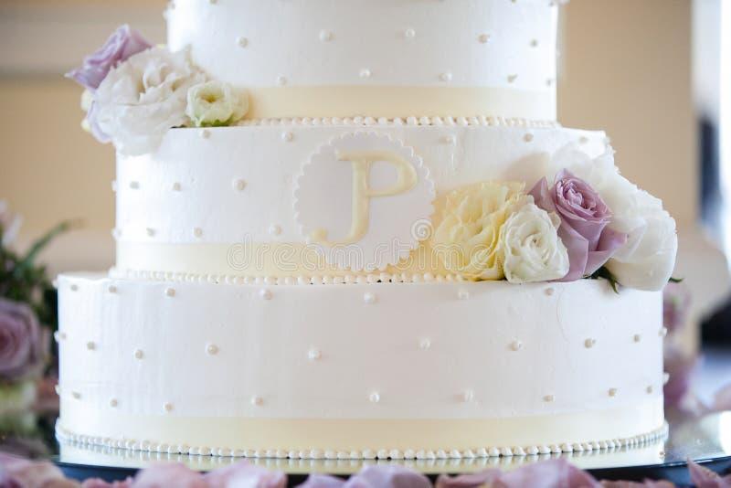 Pastel de bodas blanco con las flores amarillas, blancas, y púrpuras serie del pastel de bodas fotografía de archivo libre de regalías