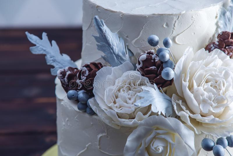 Pastel de bodas blanco delicado de la litera adornado con un diseño original usando rosas de la masilla Concepto de postres festi imagen de archivo libre de regalías