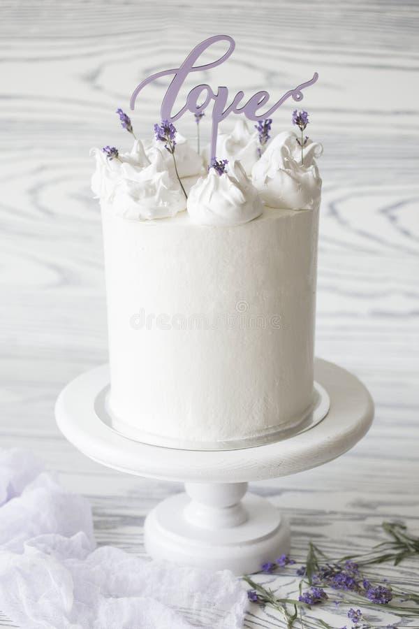 Pastel de bodas blanco delicioso adornado con palabra fotos de archivo libres de regalías