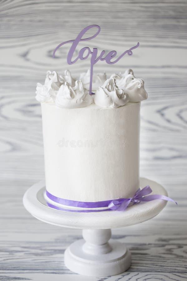 Pastel de bodas blanco delicioso adornado con palabra imagen de archivo