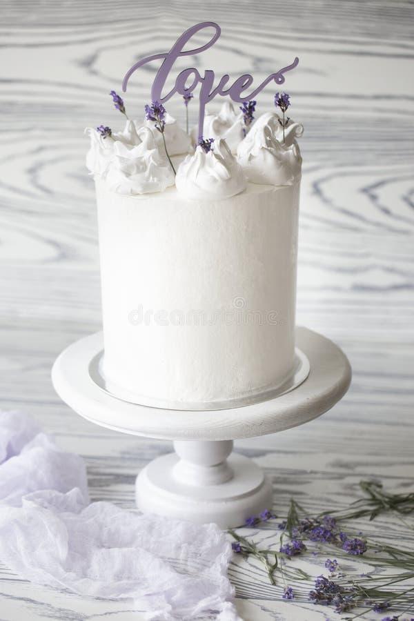Pastel de bodas blanco delicioso adornado con palabra fotografía de archivo
