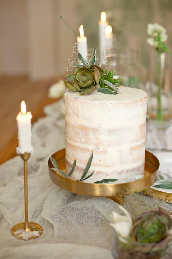 Pastel de bodas blanco elegante con las flores y los succulents en estilo del boho Pastel de bodas r?stico imagen de archivo