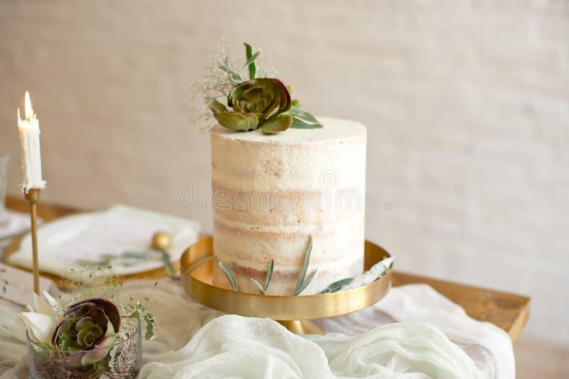 Pastel de bodas blanco elegante con las flores y los succulents en estilo del boho Pastel de bodas r?stico foto de archivo libre de regalías