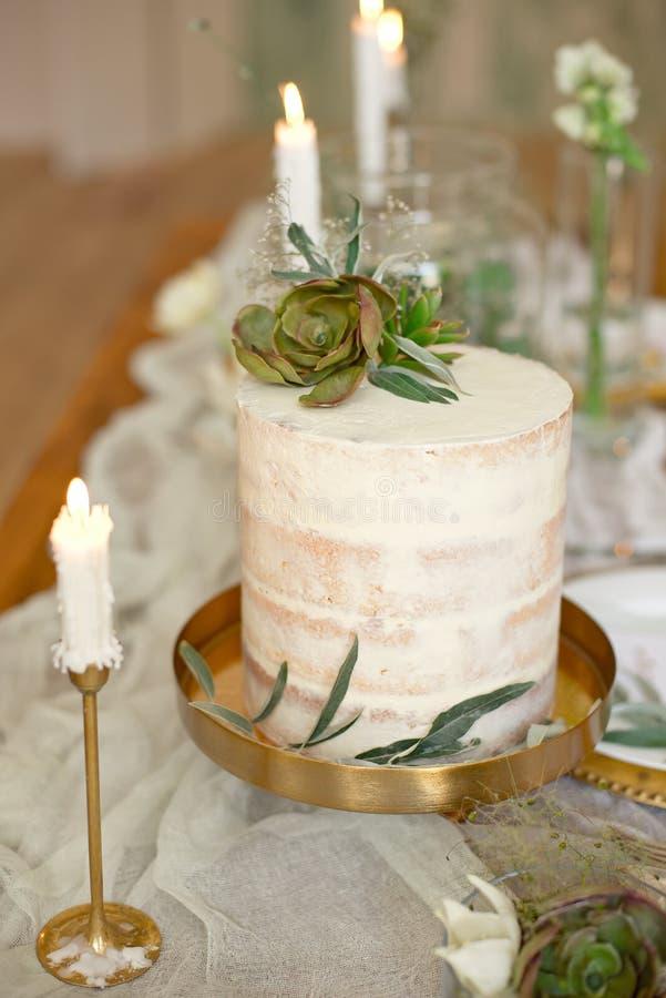Pastel de bodas blanco elegante con las flores y los succulents en estilo del boho Pastel de bodas r?stico fotografía de archivo libre de regalías