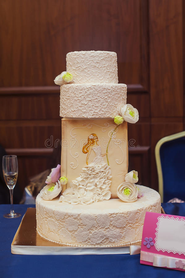 Pastel de bodas blanco llano multi imagen de archivo libre de regalías