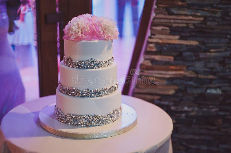 Pastel de bodas blanco y coloreado hermoso imágenes de archivo libres de regalías