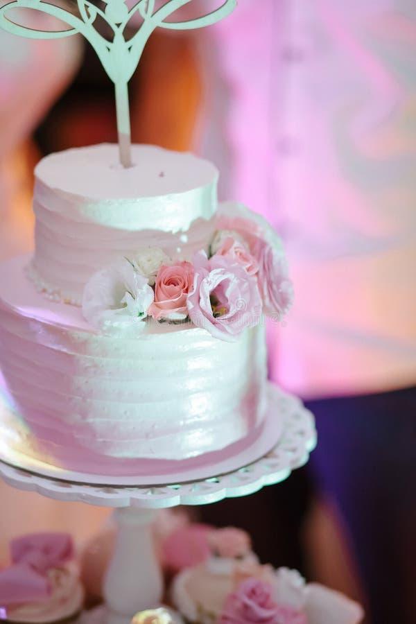 Pastel de bodas brillante, con la torta de Sr. Ms fotografía de archivo