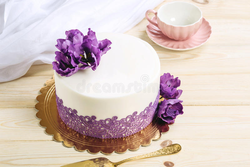Pastel de bodas casero hermoso adornado con las peonías púrpuras en un estilo rústico en fondo de madera fotos de archivo
