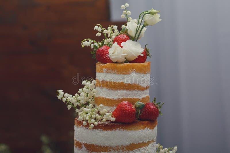 Pastel de bodas con el merengue y el primer de las fresas imagenes de archivo