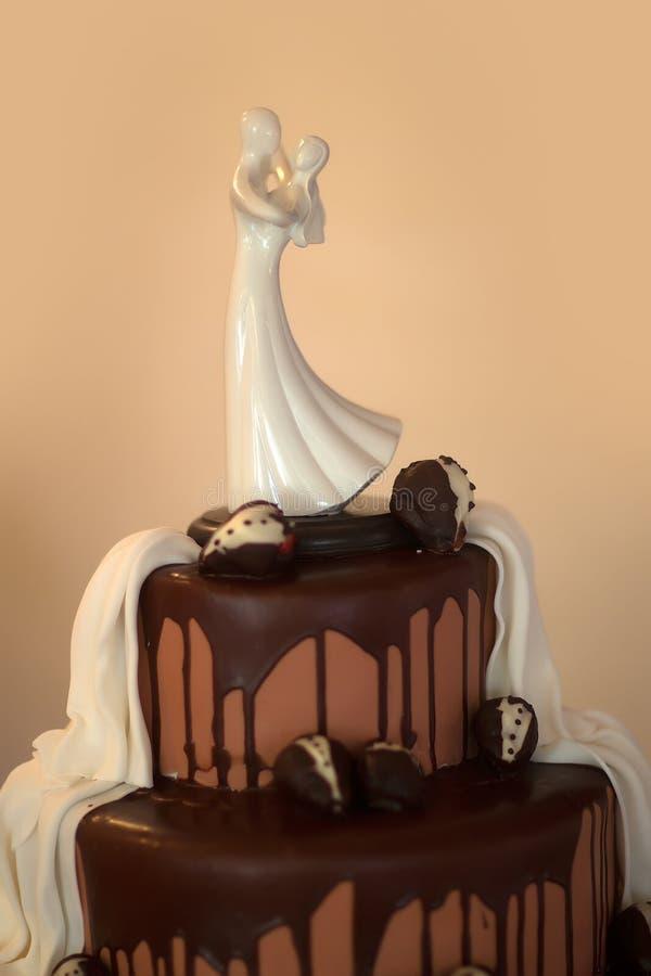 Pastel de bodas con la estatuilla imagen de archivo libre de regalías