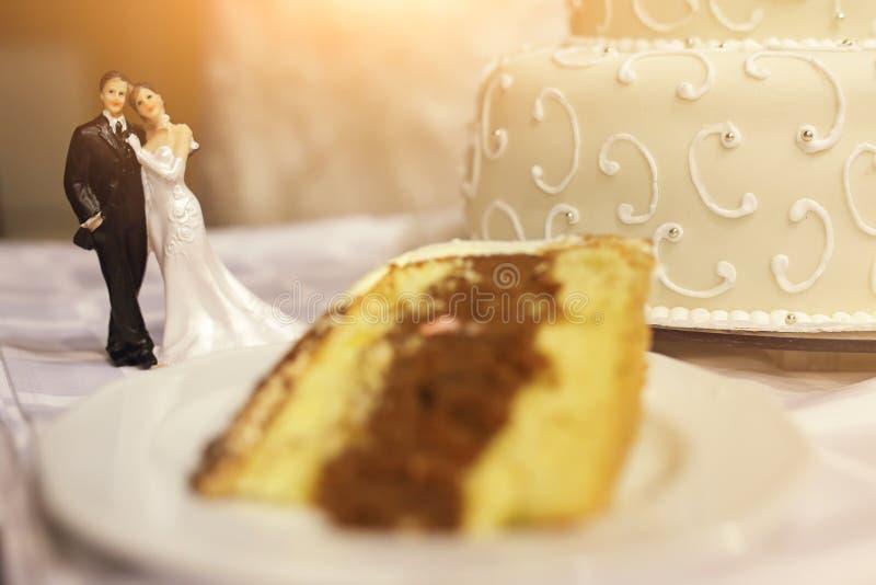 Pastel de bodas con la estatuilla miniatura de los pares imagen de archivo libre de regalías