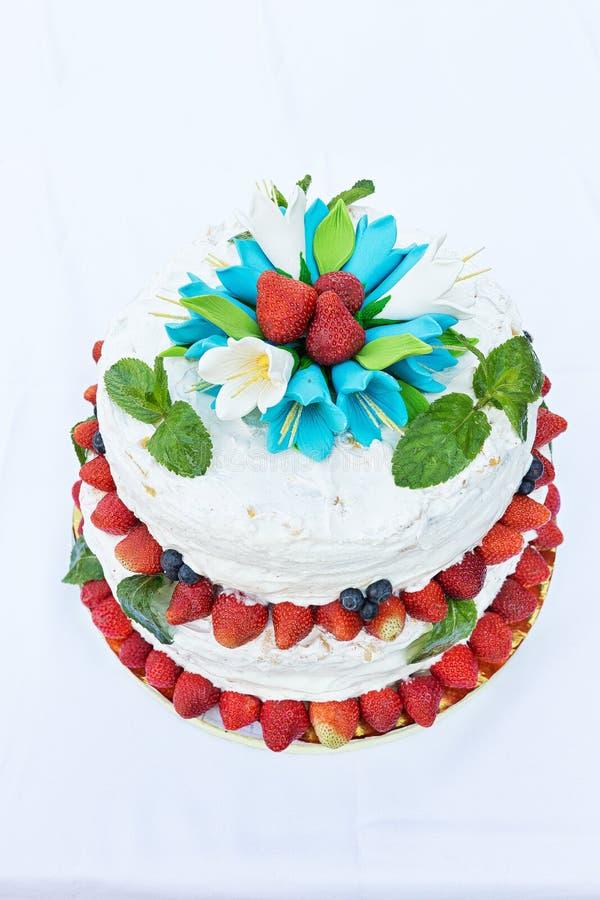 Pastel de bodas con la fruta imagen de archivo