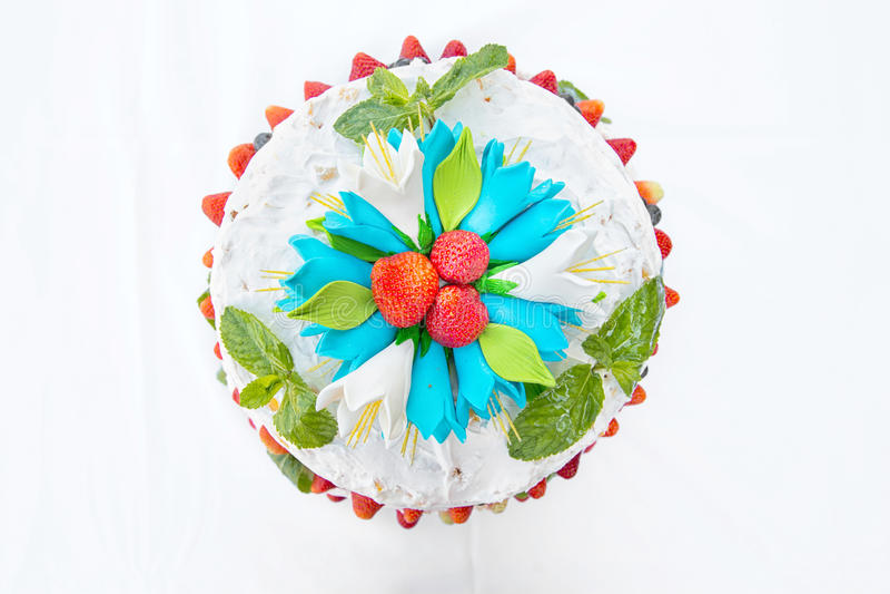 Pastel de bodas con la fruta fotografía de archivo libre de regalías