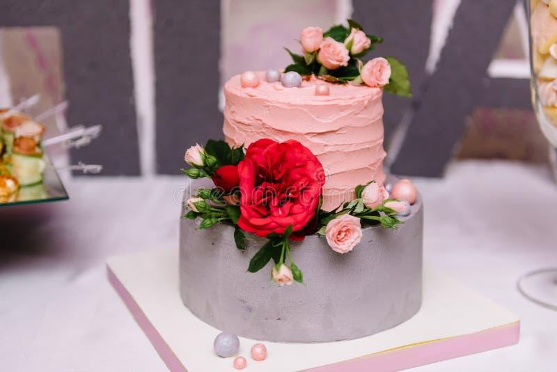 Pastel de bodas con una flor roja de la amapola fotografía de archivo libre de regalías