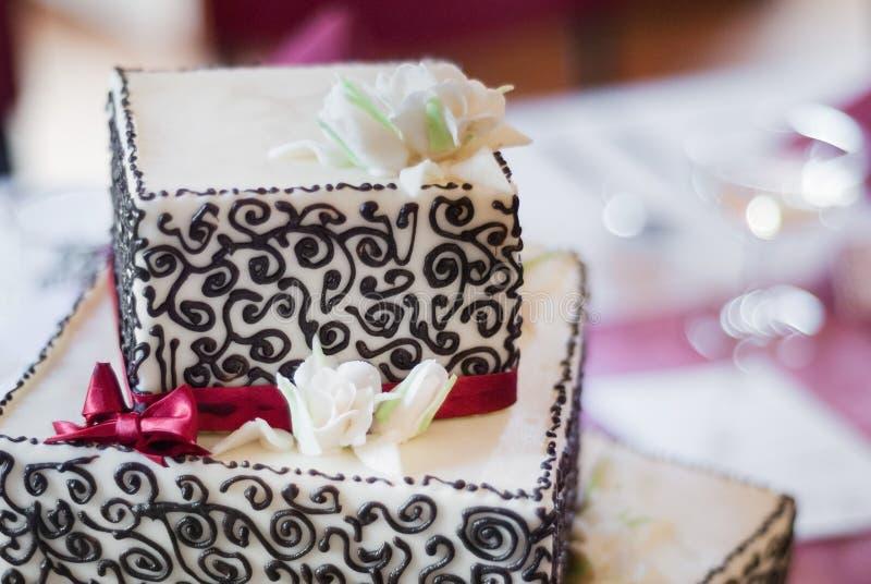 Pastel de bodas cuadrado de tres niveles fotografía de archivo
