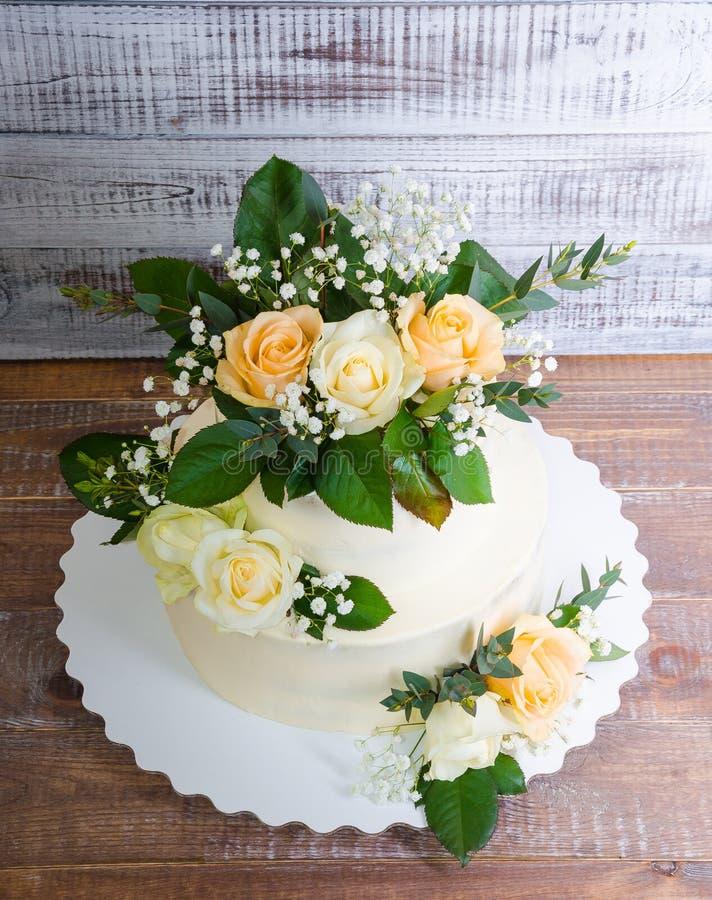 Pastel de bodas de dos pisos con el eucalipto de las rosas foto de archivo libre de regalías