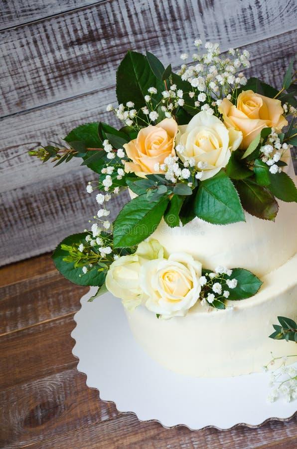 Pastel de bodas de dos pisos con el eucalipto de las rosas fotografía de archivo libre de regalías