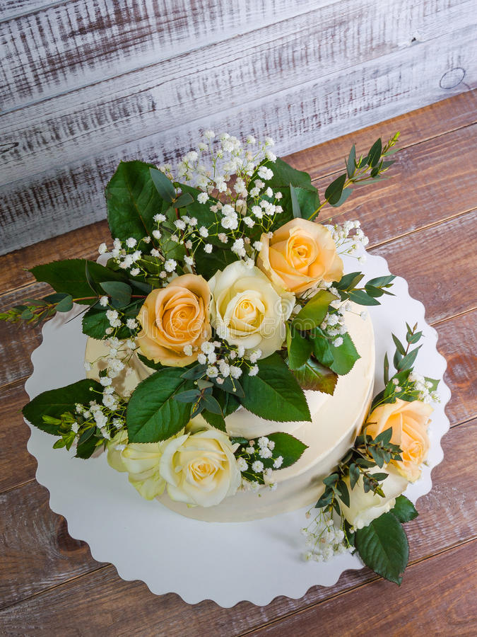 Pastel de bodas de dos pisos con el eucalipto de las rosas fotografía de archivo
