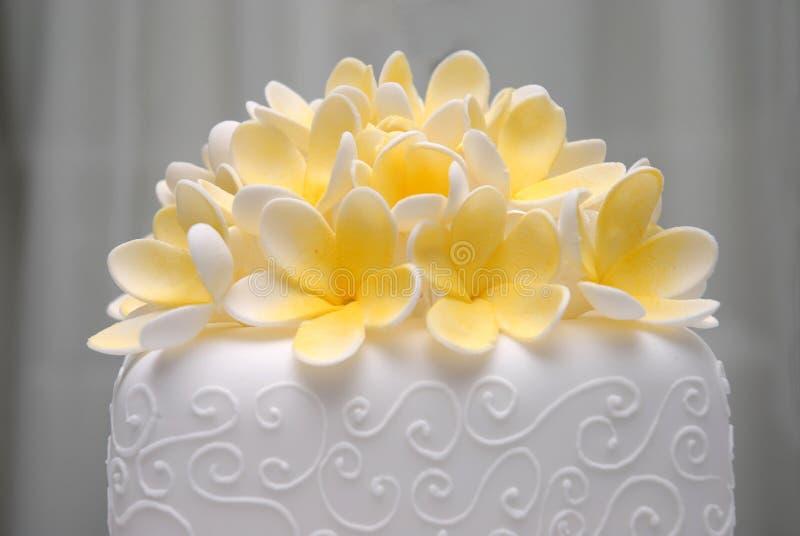 Pastel de bodas de Frangapani imágenes de archivo libres de regalías