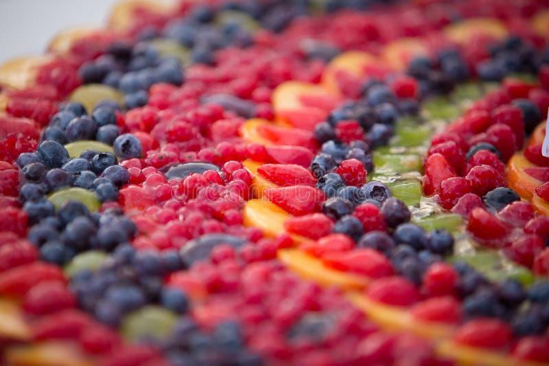 Pastel de bodas de frutas imágenes de archivo libres de regalías