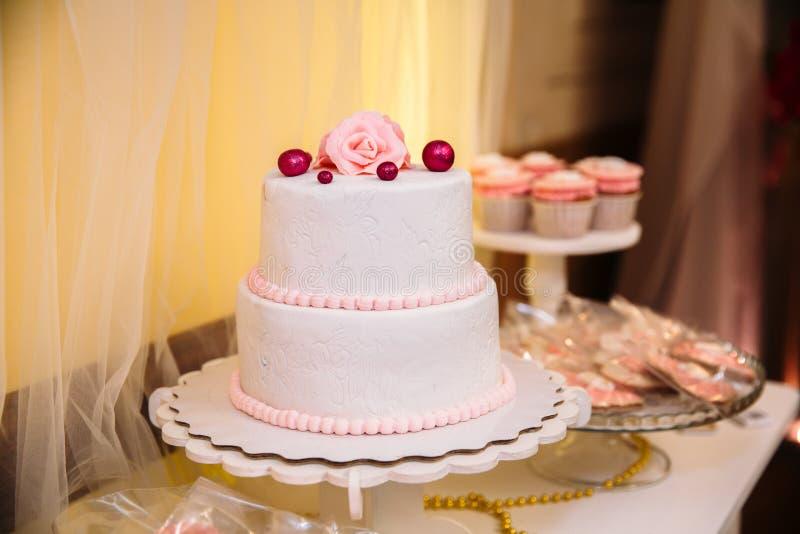 Pastel de bodas de niveles múltiples dulce adornado con las flores hermosas Barra de caramelo foto de archivo libre de regalías