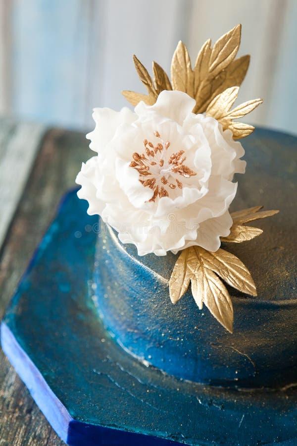 Pastel de bodas del azul y del oro imagen de archivo