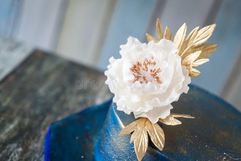 Pastel de bodas del azul y del oro foto de archivo