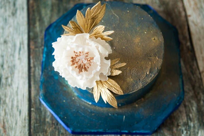 Pastel de bodas del azul y del oro fotos de archivo
