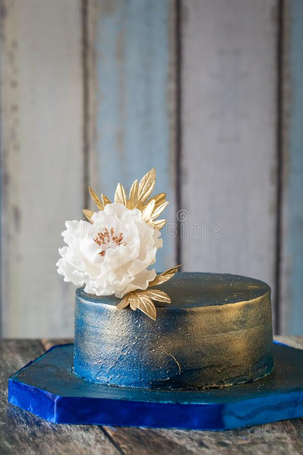 Pastel de bodas del azul y del oro fotos de archivo libres de regalías