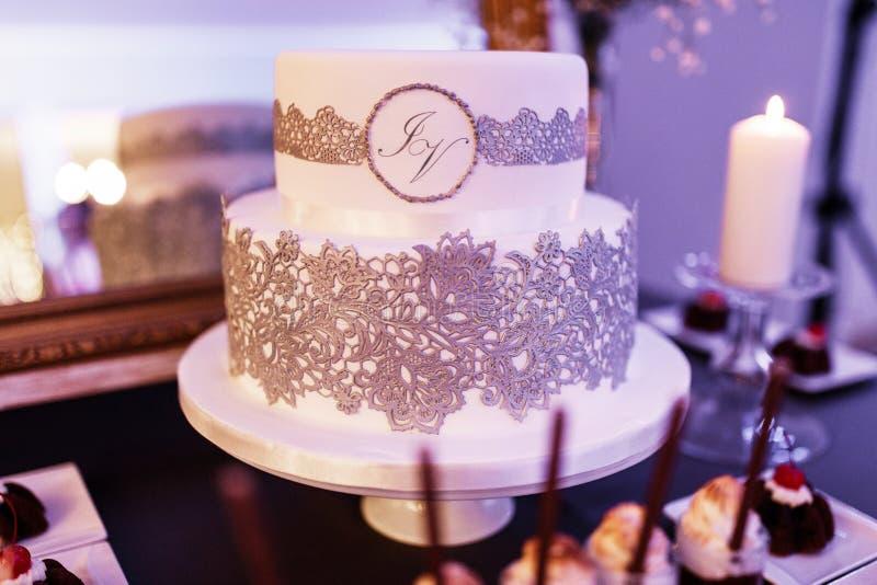 Pastel de bodas del cordón fotos de archivo