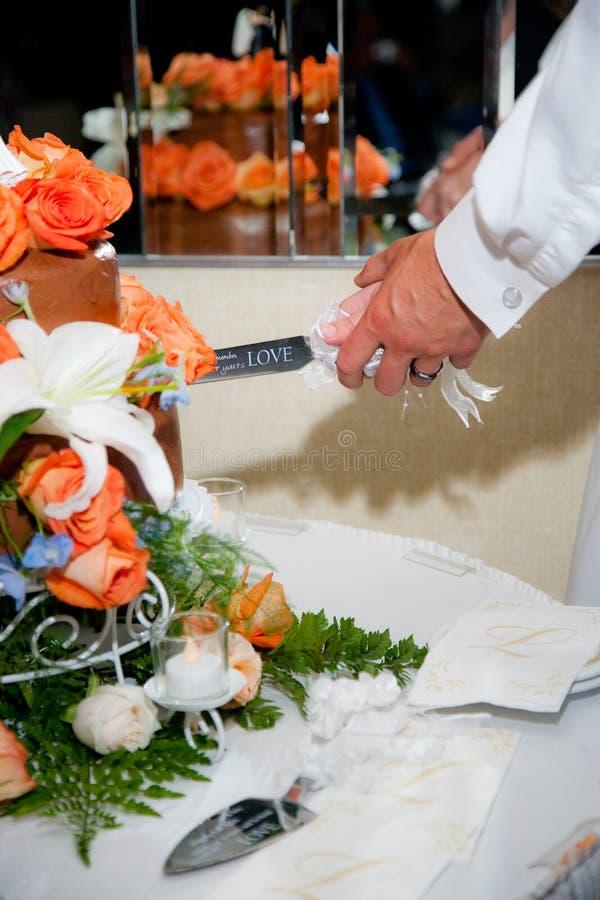 Pastel de bodas del corte fotos de archivo