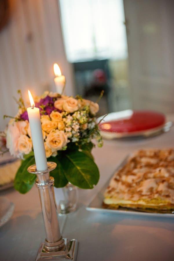 Pastel de bodas delicioso en la tabla maravillosamente servida foto de archivo libre de regalías
