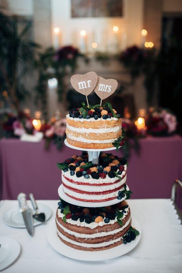 pastel de bodas desnudo Tres-con gradas con los arándanos fotos de archivo
