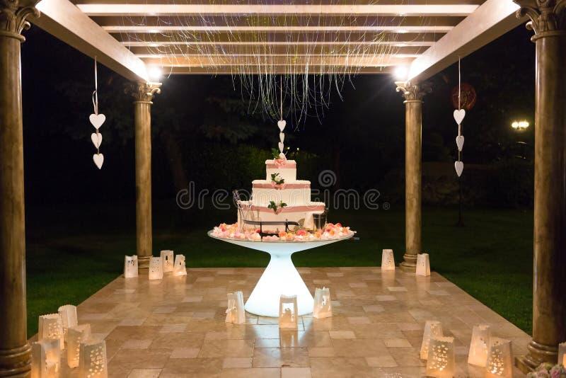 Pastel de bodas dulce al aire libre foto de archivo libre de regalías