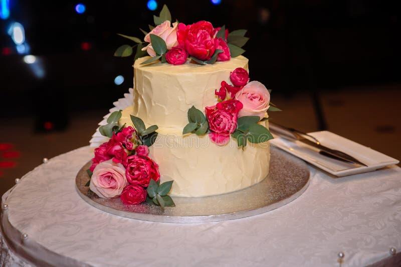 Pastel de bodas dulce con la barra de caramelo, los molletes, las tortas y los dulces en el área del banquete de boda Concepto de fotografía de archivo libre de regalías