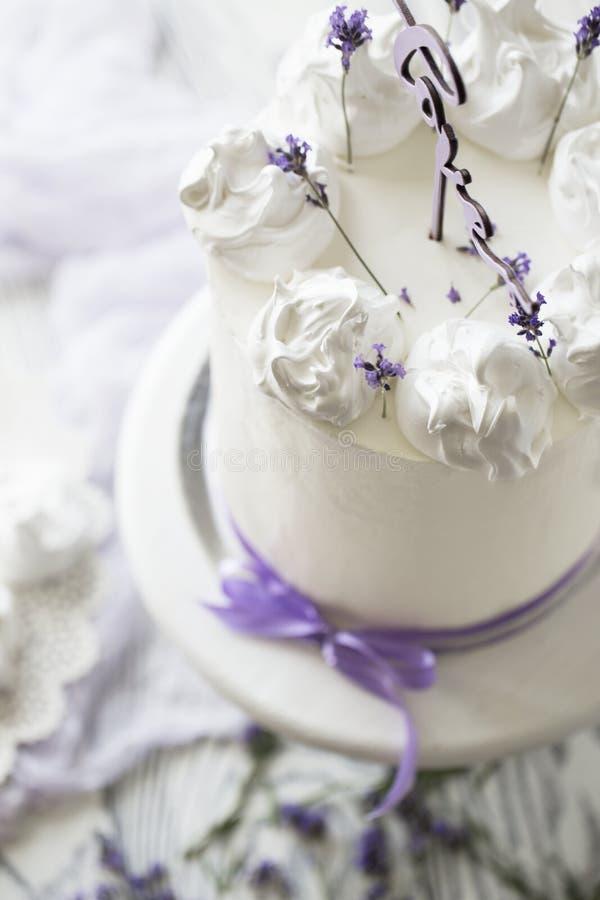 Pastel de bodas elegante con las flores fotografía de archivo libre de regalías