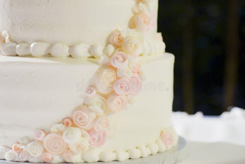 Pastel de bodas en ascendente cercano blanco, rosado, y del melocotón fotos de archivo libres de regalías