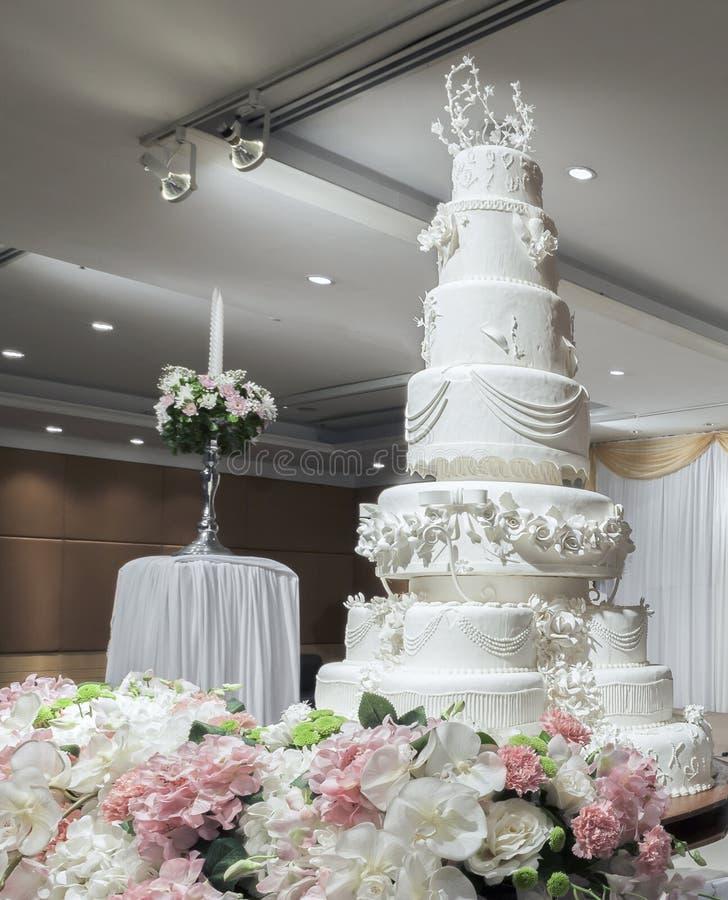 Pastel de bodas en ceremonia de boda fotos de archivo libres de regalías