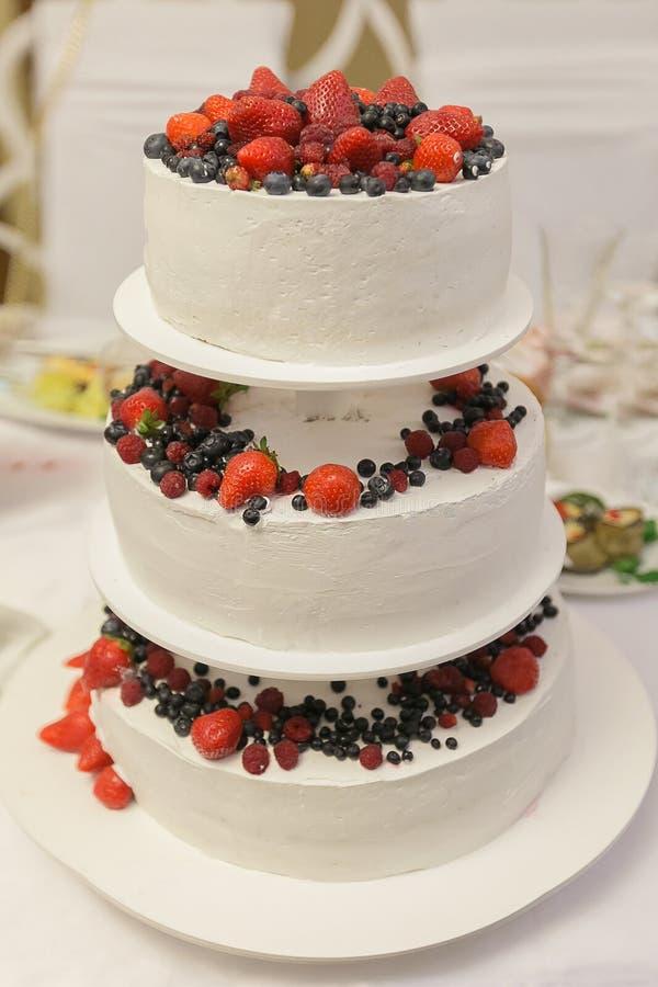Pastel de bodas en estilo rústico foto de archivo