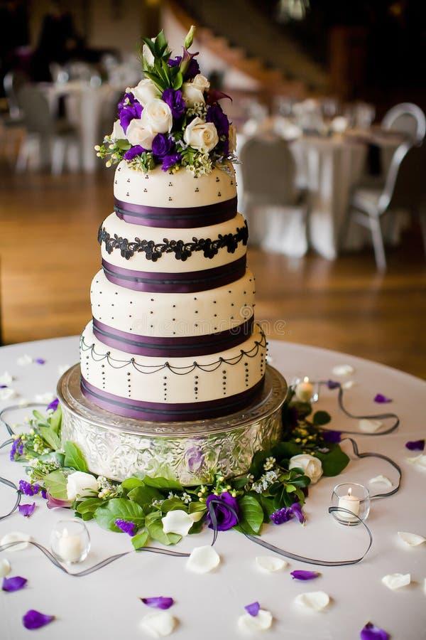 Pastel de bodas en la recepción nupcial imágenes de archivo libres de regalías